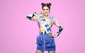 Bilder Indian Pose Rock Bluse Blick Frisuren Farbigen hintergrund Kriti Sanon Prominente Mädchens