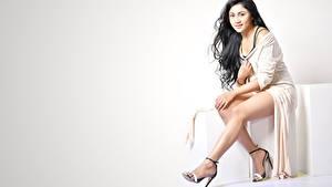 Bilder Indian Brünette Kleid Sitzend Bein High Heels Meghali Meenakshi Mädchens