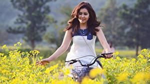 Hintergrundbilder Indian Braune Haare Hand Fahrräder Rashi Khanna Prominente Mädchens