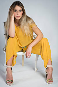Fotos Model Stuhl Sitzen Hand Blick Irene Mädchens