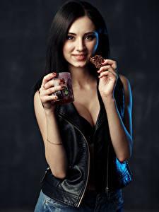 Fotos Brünette Hand Becher Lächeln Starren Irina, Evgeniy Bulatov