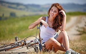 Bilder Gras Fahrrad Sitzend Rotschopf Lächeln Hand Unterhemd Bein Bokeh Isabella Mädchens