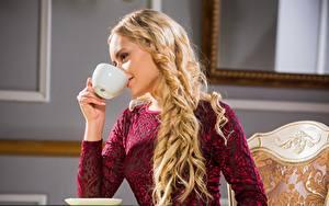 Bilder Blondine Hand Tasse Trinken Frisuren Haar Isabella Star junge Frauen
