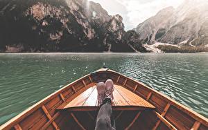 Hintergrundbilder Italien Boot See Berg Bein Boots Lake Braies