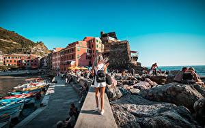Fotos Italien Seebrücke Boot Steine Ligurien Blondine Hinten Rucksack Tourist Vernazza Städte