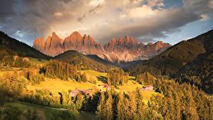 Hintergrundbilder Italien Gebirge Herbst Wald Gebäude Grünland Landschaftsfotografie Alpen Funes Valley Natur