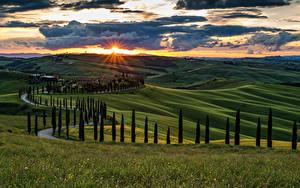Hintergrundbilder Italien Toskana Landschaftsfotografie Sonnenaufgänge und Sonnenuntergänge Acker Himmel Hügel Bäume Wolke
