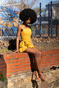 Hintergrundbilder Neger Sitzen Kleid Bein Blick Janae Fulton junge Frauen