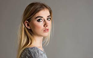 Fotos Haar Blick Grauer Hintergrund Jemima Mädchens