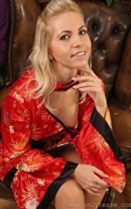 Hintergrundbilder Jenni Gregg Blondine Kimono Starren Lächeln Sitzt Hand