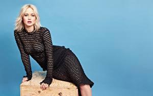 Hintergrundbilder Jennifer Lawrence Farbigen hintergrund Blond Mädchen Kleid Sitzend Hand Blick Mädchens
