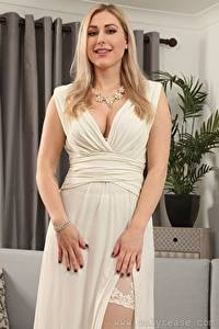Fotos Jenny James Blondine Kleid Starren Lächeln Hand