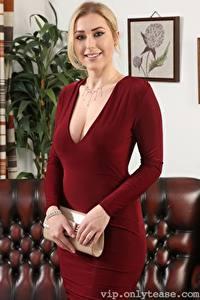 Bilder Jenny James Handtasche Blond Mädchen Blick Lächeln Kleid Hand