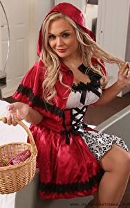 Hintergrundbilder Jess N Only Blond Mädchen Kapuze Blick Uniform Sitzen Weidenkorb red Riding Hood Mädchens