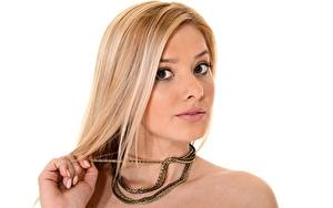 Bilder Schmuck Weißer hintergrund Blond Mädchen Blick Hand Kette Gold Farbe Anna Tatu Mädchens