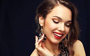 Hintergrundbilder Schmuck Schwarzer Hintergrund Braunhaarige Rote Lippen Schminke Lächeln