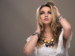 Hintergrundbilder Schmuck Armreif Blondine Hand Piercing Starren Schminke Farbigen hintergrund junge frau