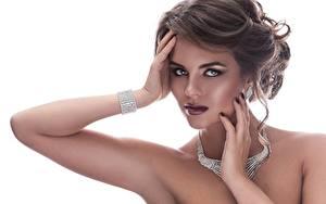 Hintergrundbilder Schmuck Armreif Halsketten Weißer hintergrund Hand Frisuren Starren Schöne Model junge frau