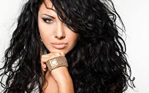 Fotos Schmuck Armband Armbanduhr Brünette Haar Blick Hand Make Up Gesicht junge Frauen