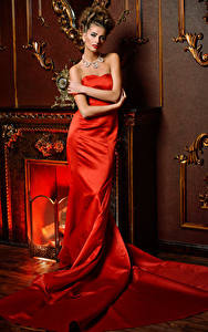 Bilder Schmuck Braune Haare Kleid Rot