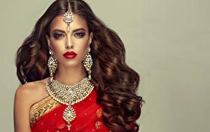 Hintergrundbilder Schmuck Halskette Braunhaarige Haar Ohrring Rote Lippen Blick Frisuren Mädchens