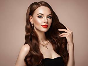 Bilder Schmuck Halskette Farbigen hintergrund Braunhaarige Haar Hand Starren Rote Lippen junge frau