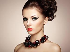 Fotos Schmuck Farbigen hintergrund Braune Haare Schminke Rote Lippen Model Mädchens