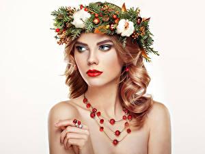 Bilder Schmuck Finger Halskette Weißer hintergrund Blond Mädchen Gesicht Schön junge Frauen
