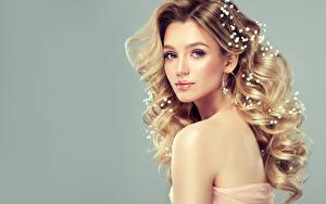Hintergrundbilder Schmuck Lockige Grauer Hintergrund Blond Mädchen Blick Haar Schön Junge Frauen Mädchens