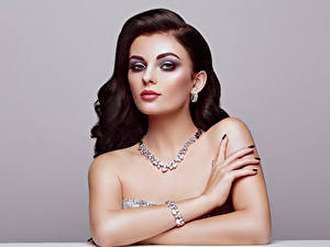 Hintergrundbilder Schmuck Halsketten Armband Grauer Hintergrund Braunhaarige Gesicht Blick Hand Schminke junge frau