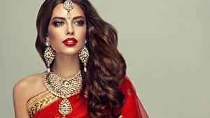 Fotos Schmuck Grauer Hintergrund Braunhaarige Haar Ohrring Rote Lippen Schön Mädchens