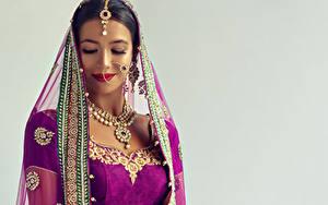 Hintergrundbilder Schmuck Indian Halsketten Grauer Hintergrund Brünette Mädchens