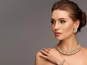Hintergrundbilder Schmuck Halsketten Ohrring Model Gesicht Schminke Braune Haare Grauer Hintergrund
