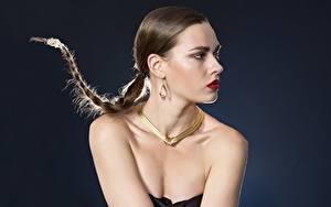 Bilder Schmuck Halskette Grauer Hintergrund Zopf Ohrring Schminke junge Frauen