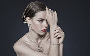 Hintergrundbilder Schmuck Halskette Graue Starren Schmuck Ring Ohrring Hand Brünette Mädchens