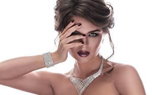 Bilder Schmuck Halsketten Hand Braunhaarige Schminke Weißer hintergrund junge frau