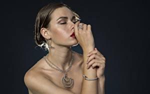 Bilder Schmuck Halskette Hand Ring Braunhaarige Ohrring junge frau