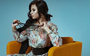 Fotos Schmuck Halskette Brünette Sessel Sitzend Kleid Kirill Sokolov, Elena Mädchens