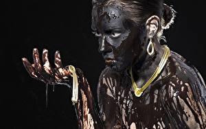 Bilder Schmuck Halsketten Schlamm Schwarzer Hintergrund Blick Hand junge Frauen