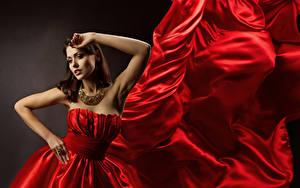 Hintergrundbilder Schmuck Halskette Pose Rot Kleid Hand Braunhaarige Mädchens