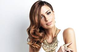 Desktop hintergrundbilder Schmuck Halskette Braunhaarige Haar Frisur Grauer Hintergrund Schöne Shiralee Coleman Mädchens