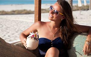 Hintergrundbilder Schmuck Resort Braune Haare Brille Sitzt Ausruhen junge frau