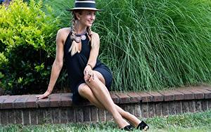 Fotos Schmuck Sitzt Kleid Bein Zopf Der Hut Lächeln junge frau