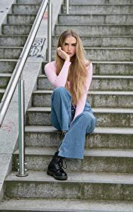 Fotos Treppen Sitzend Jeans Blick Blond Mädchen Jolanda junge Frauen