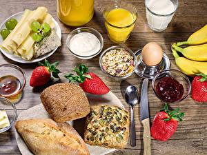 Fotos Saft Brot Käse Warenje Müsli Erdbeeren Weintraube Messer Frühstück Trinkglas Eier Löffel