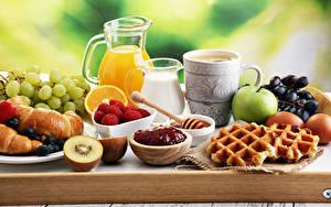 Hintergrundbilder Fruchtsaft Milch Backware Croissant Weintraube Konfitüre Äpfel Kaffee Himbeeren Frühstück Tasse Kannen Eier