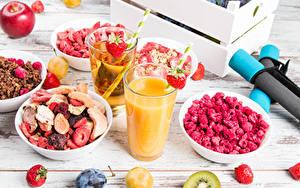 Bilder Fruchtsaft Müsli Beere Himbeeren Erdbeeren Pflaume Bretter Frühstück Trinkglas Lebensmittel