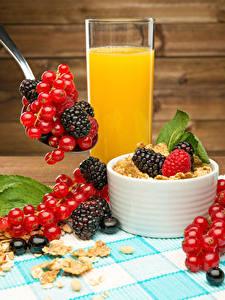 Fotos Fruchtsaft Müsli Meertrübeli Brombeeren Bretter Trinkglas das Essen