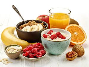 Fotos Fruchtsaft Müsli Himbeeren Bananen Schalenobst Frühstück Trinkglas