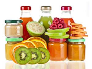 Bilder Fruchtsaft Himbeeren Chinesische Stachelbeere Orange Frucht Weißer hintergrund Flasche Weckglas Lebensmittel